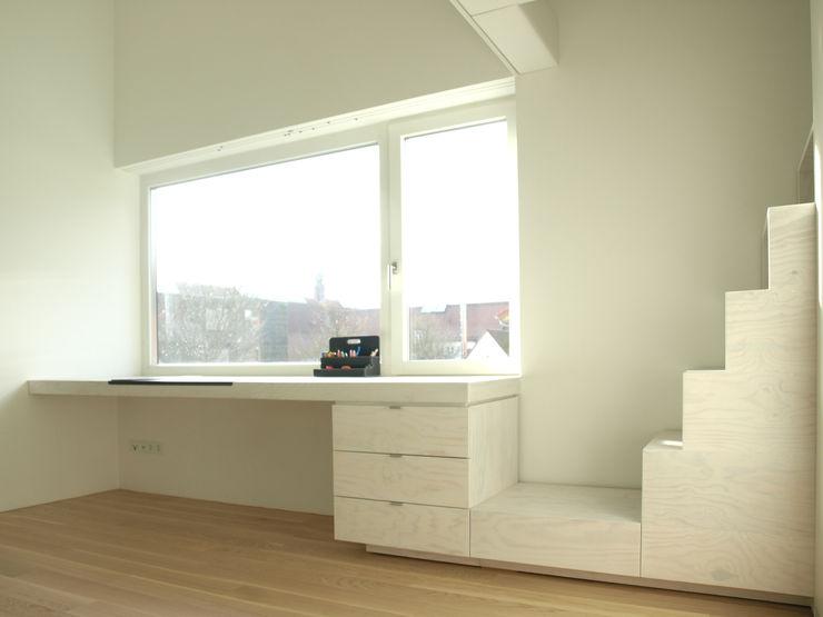 Viktor Filimonow Architekt in München Nursery/kid's roomDesks & chairs