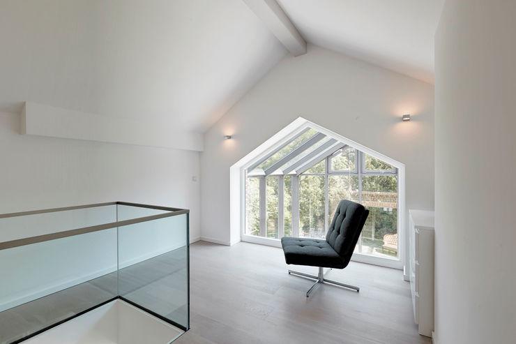 28 Grad Architektur GmbH Modern corridor, hallway & stairs