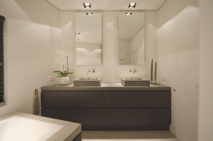 Grego Design Studio Banheiros modernos