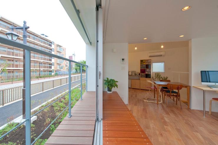 River side house / House in Horinouchi 水石浩太建築設計室/ MIZUISHI Architect Atelier Modern balcony, veranda & terrace