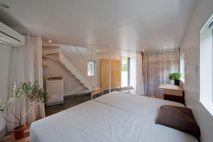 堀ノ内の住宅 水石浩太建築設計室/ MIZUISHI Architect Atelier モダンスタイルの寝室