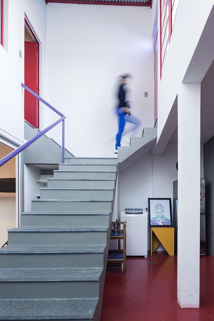 Blacher Arquitetura Eclectic style corridor, hallway & stairs