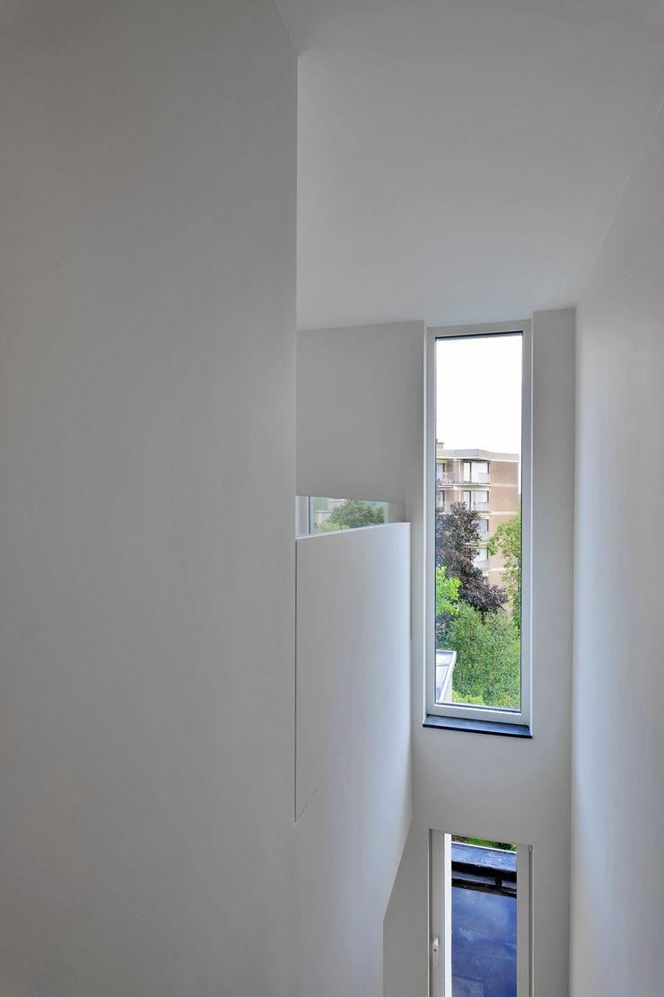 atelier d'architecture FORMa* Ingresso, Corridoio & Scale in stile minimalista