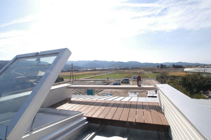 バイク乗りのためのガレージハウス 徳増建築設計事務所 オリジナルデザインの テラス