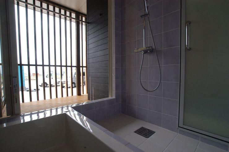 バイク乗りのためのガレージハウス 徳増建築設計事務所 オリジナルスタイルの お風呂