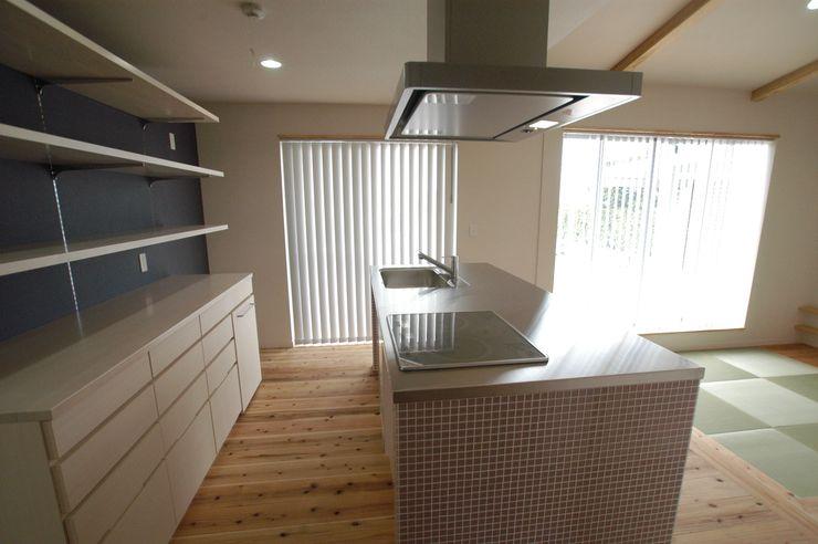 バイク乗りのためのガレージハウス 徳増建築設計事務所 オリジナルデザインの キッチン