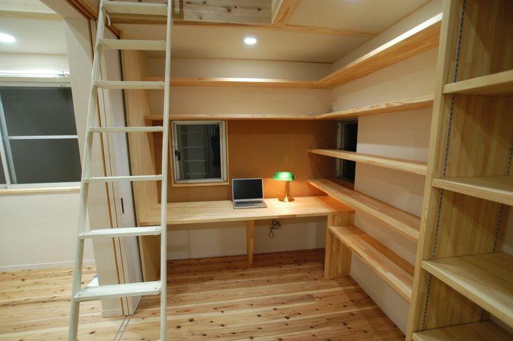バイク乗りのためのガレージハウス 徳増建築設計事務所 オリジナルデザインの 多目的室