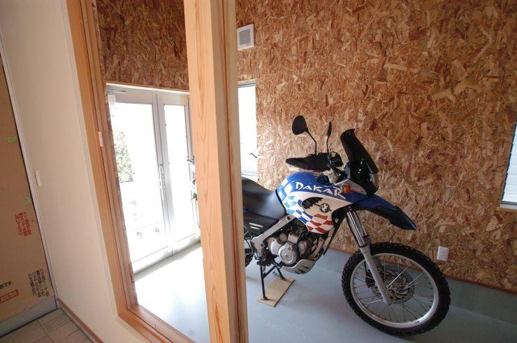 バイク乗りのためのガレージハウス 徳増建築設計事務所 オリジナルデザインの ガレージ・物置