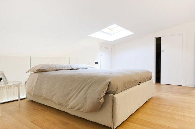 Andrea Stortoni Architetto BedroomBeds & headboards