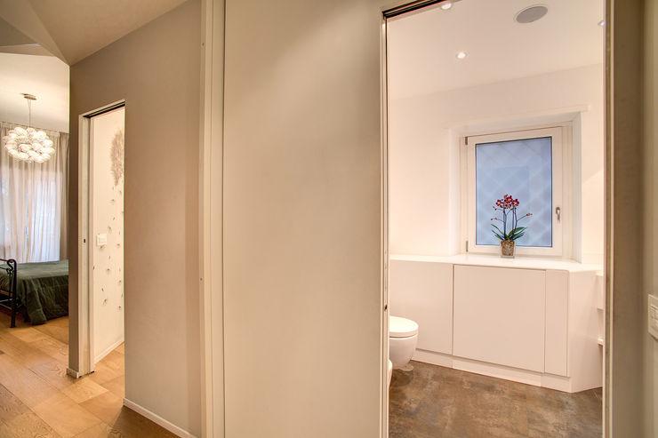 VEGEZIO MOB ARCHITECTS Ingresso, Corridoio & Scale in stile moderno