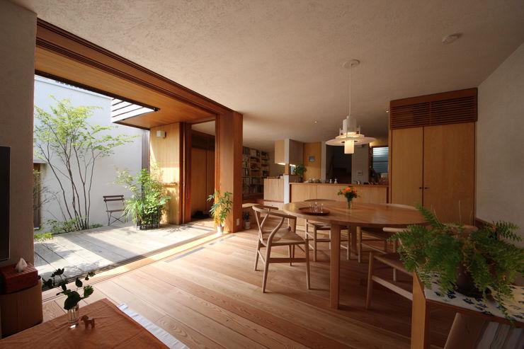 新井アトリエ一級建築士事務所 Столовая комната в стиле модерн
