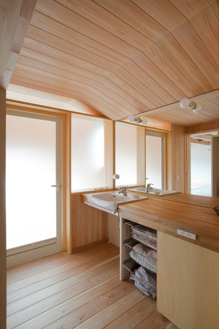 新井アトリエ一級建築士事務所 Ванная комната в стиле модерн