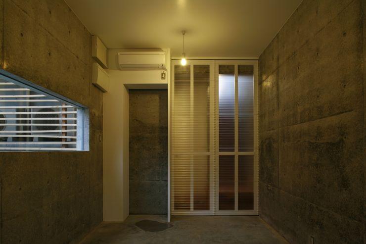 玄関部分 白根博紀建築設計事務所 モダンな 壁&床