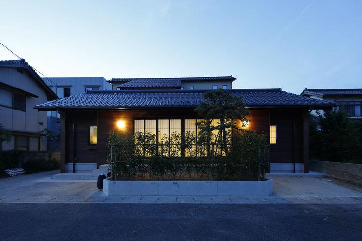 灯りのある外観3 白根博紀建築設計事務所 モダンな 家