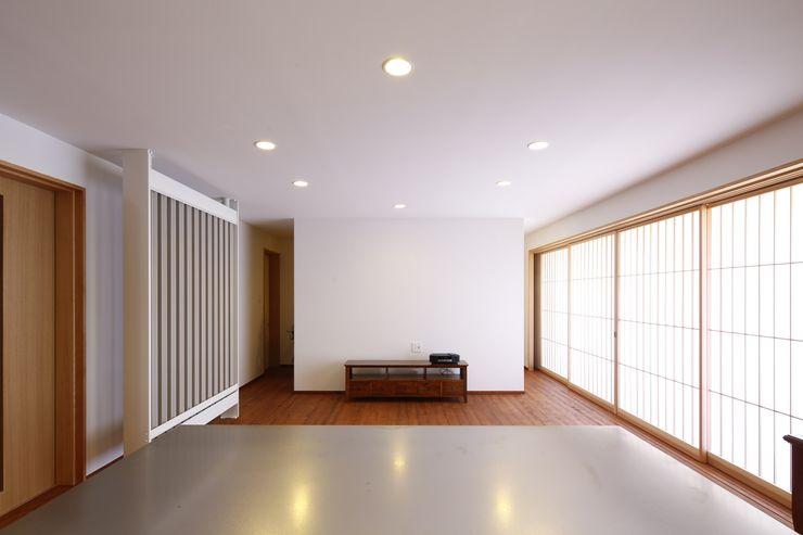 リビングルーム。 白根博紀建築設計事務所 モダンデザインの リビング