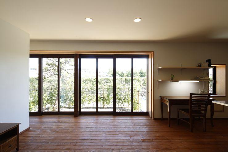 リビングから臨む庭のながめ 白根博紀建築設計事務所 モダンな 窓&ドア