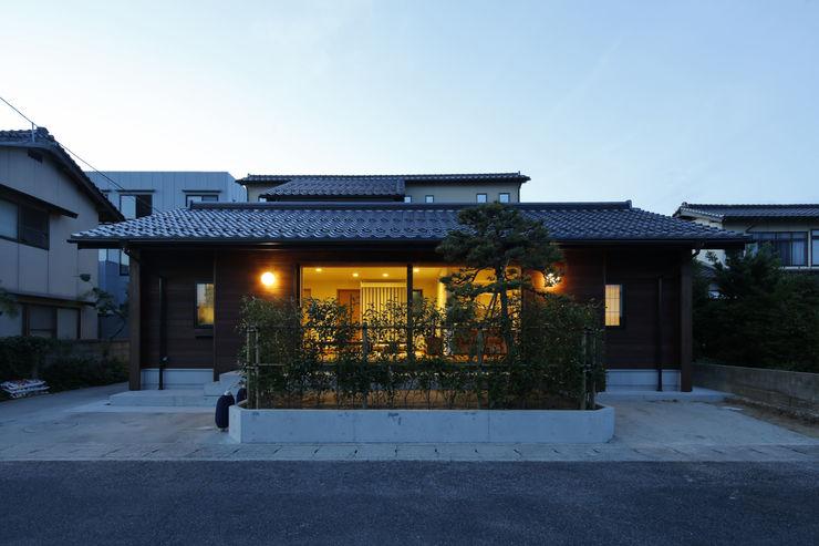 灯りのある外観2 白根博紀建築設計事務所 モダンな 家