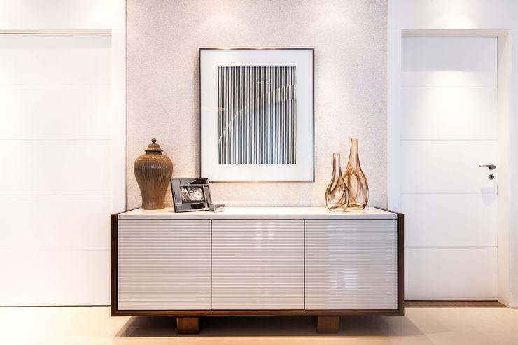 Hall entrada e aparador com obra de arte Barbara Dundes | ARQ + DESIGN Corredores, halls e escadas modernos