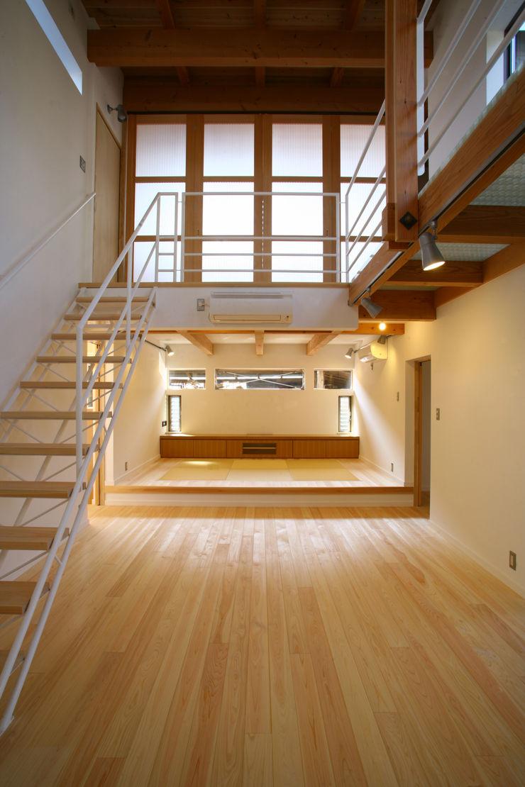 和室をとりこんだリビング 白根博紀建築設計事務所 モダンスタイルの 玄関&廊下&階段
