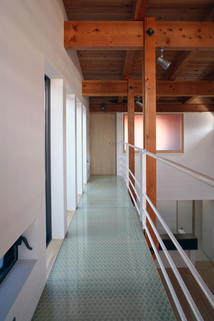 光を取り込んだ廊下 白根博紀建築設計事務所 モダンスタイルの 玄関&廊下&階段