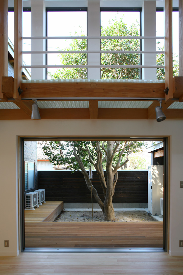 中庭の椿を臨むリビング 白根博紀建築設計事務所 モダンデザインの リビング