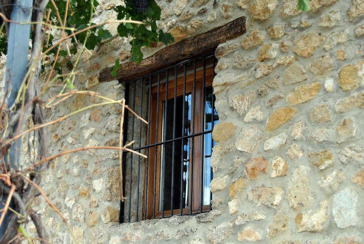 Anticuable.com Rustic style balcony, veranda & terrace