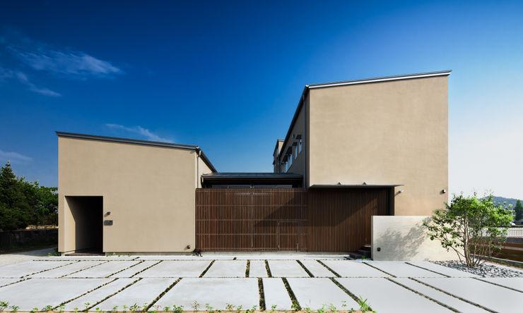 二世帯住宅の外観 有限会社ミサオケンチクラボ モダンな 家 ブラウン