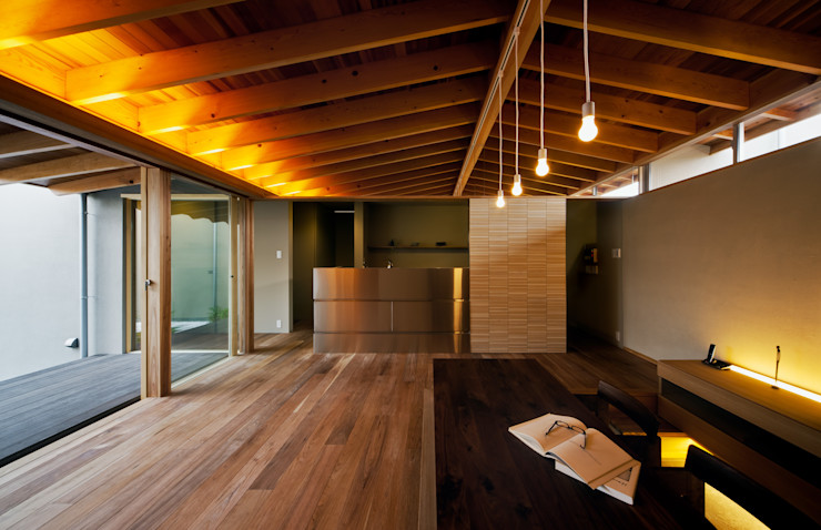 リビングダイニングからキッチンを観る 有限会社ミサオケンチクラボ モダンデザインの リビング