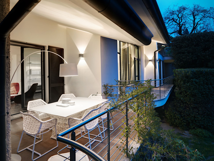 Villa sul lago di Como Studio Marco Piva Balcone, Veranda & Terrazza in stile moderno