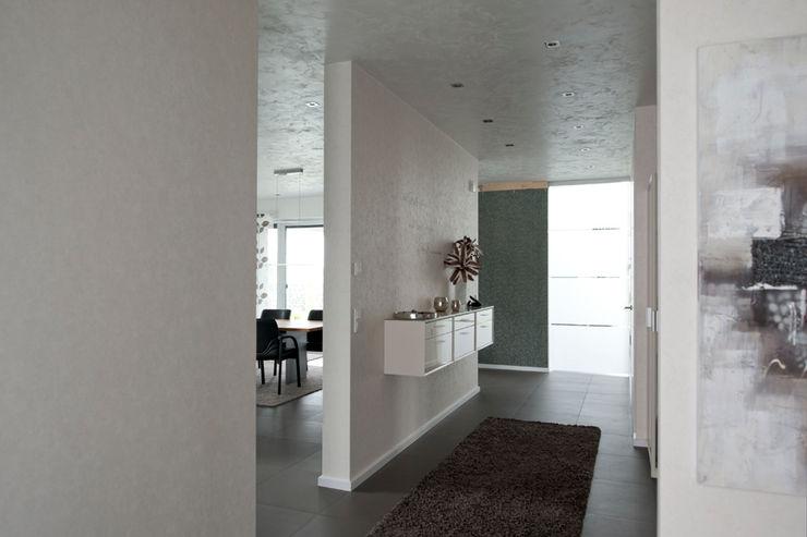 Architekturbüro J. + J. Viethen Modern Corridor, Hallway and Staircase