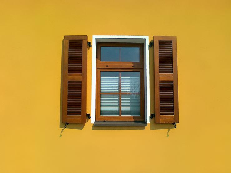 Okiennice drewniane homify Okna i drzwiRolety i żaluzje Drewno