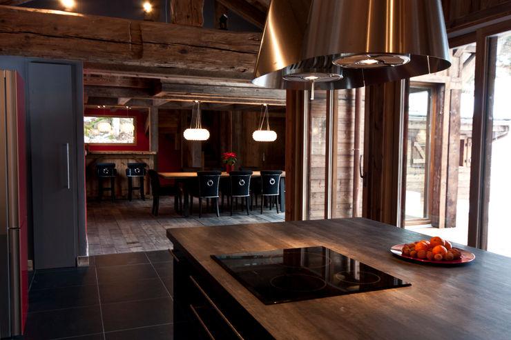 Chalet de Claude: cuisine - vue salle à manger shep&kyles design Cuisine rurale