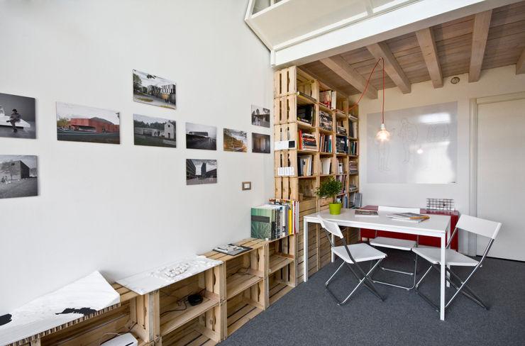 zona riunioni con libreria homify Studio in stile industriale
