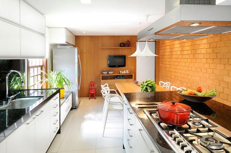 Coutinho+Vilela Modern style kitchen