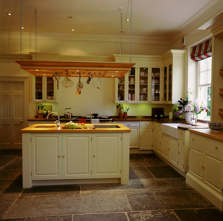 David Hicks Cream Painted Kitchen designed and made by Tim Wood Tim Wood Limited Cozinhas clássicas
