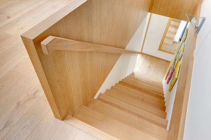 k² Architektur Modern corridor, hallway & stairs