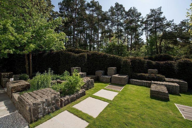 Gartengestaltung mit Granit und Eiben Naturform Japangärten & Koiteichbau Moderner Garten