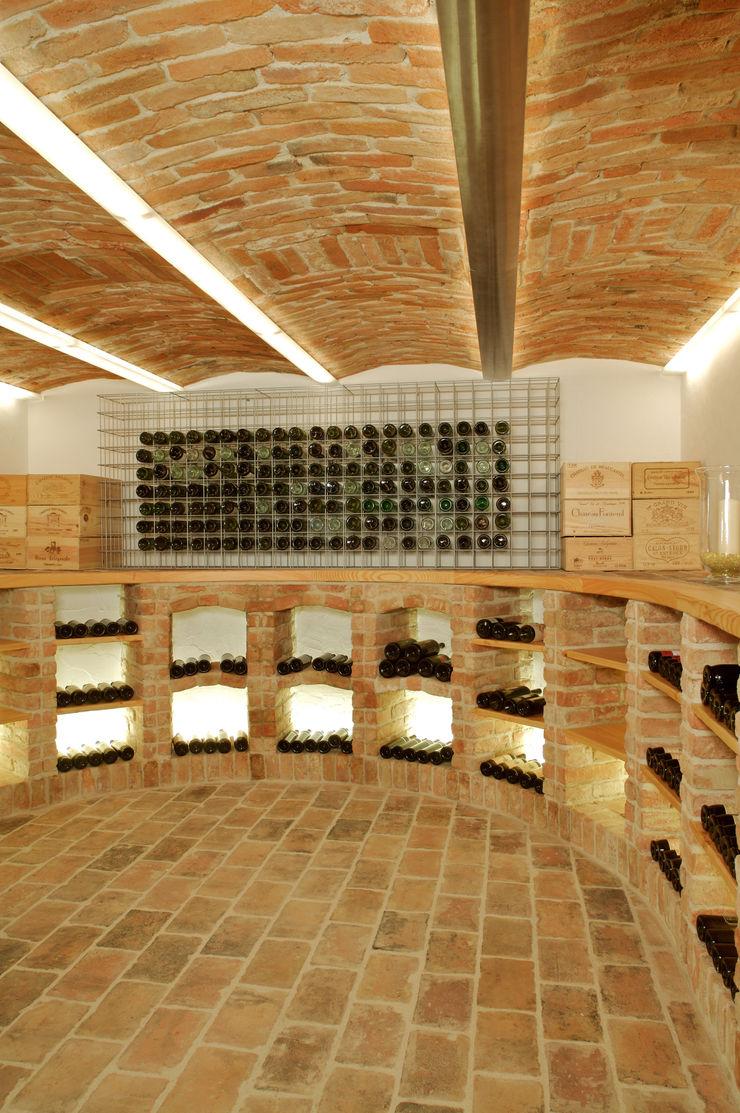 Gewölbekeller mit integriertem Weinregal aus Ziegeln Jahn Gewölbebau GmbH Moderne Weinkeller