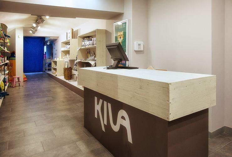 Mostrador revestido de madera de encofrar tricapa Paletto's Furnature Oficinas y tiendas