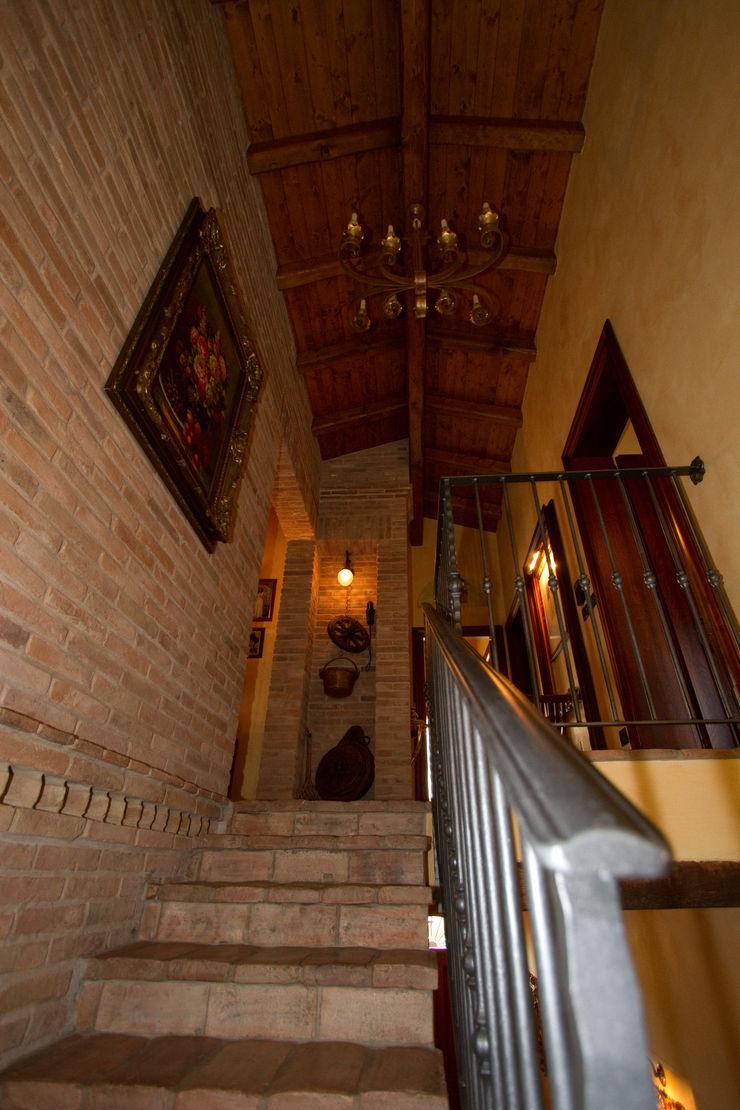 Interior Design Stefano Bergami Pasillos, vestíbulos y escaleras rústicos