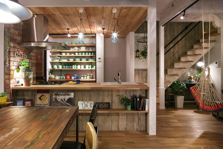 dwarf Industrial style dining room