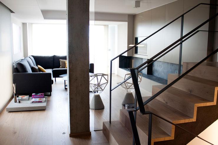 estudio RILAIN Modern corridor, hallway & stairs