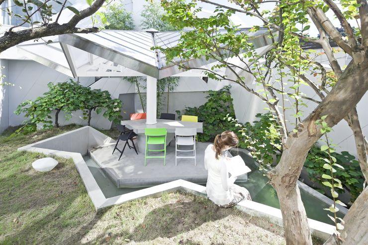 HWA HUN - 자연이 점거한 작은성 IROJE KIMHYOMAN 모던스타일 정원