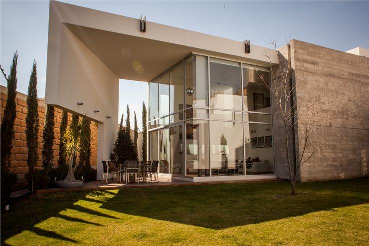 Fachada posterior GRUPO VOLTA Casas modernas