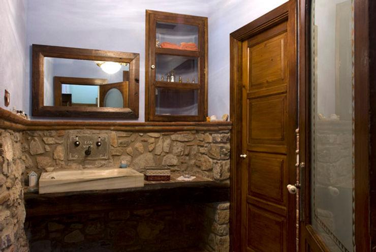 Puigdesens fusteria interiorisme Ванная комната в рустикальном стиле