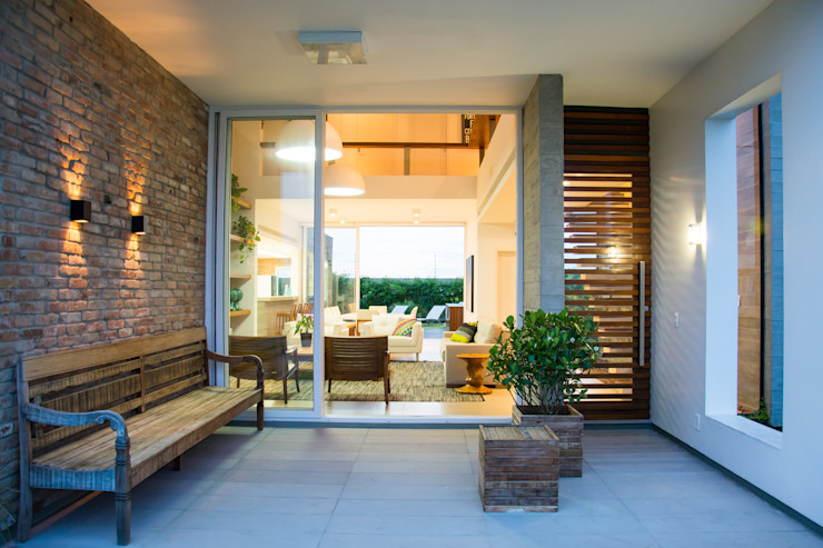 SBARDELOTTO ARQUITETURA Modern style balcony, porch & terrace
