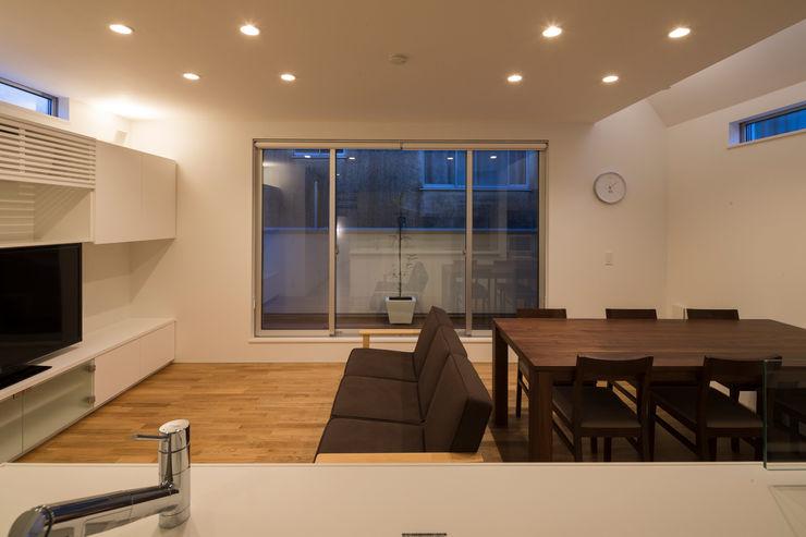 株式会社 建築集団フリー 上村健太郎 Столовая комната в стиле модерн