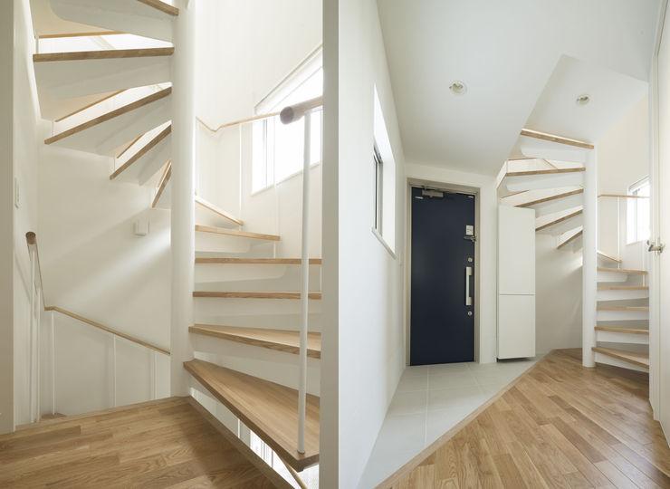 株式会社 建築集団フリー 上村健太郎 Коридор, прихожая и лестница в модерн стиле