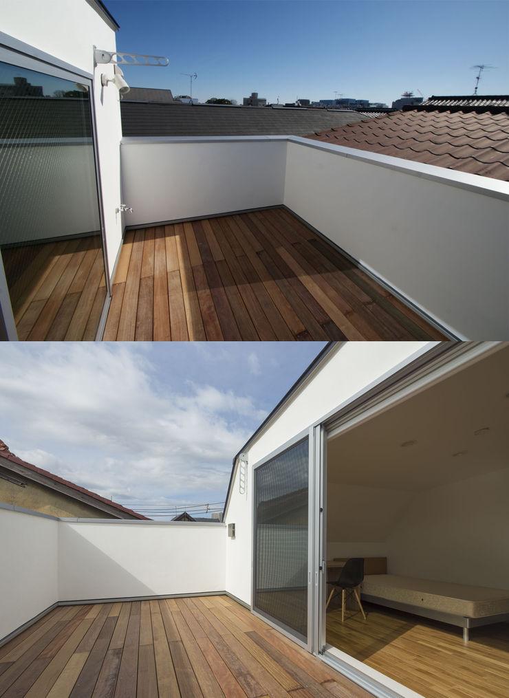 株式会社 建築集団フリー 上村健太郎 Балкон и терраса в стиле модерн