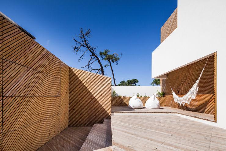 SilverWoodHouse Joao Morgado - Architectural Photography モダンデザインの テラス